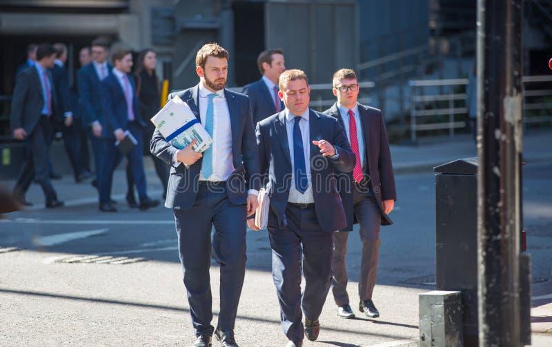 Londres, hommes d'affaires BRITANNIQUES et employ?s de bureau marchant ? c?t? du b?timent de Lloyds dans la ville de Londres pend images stock