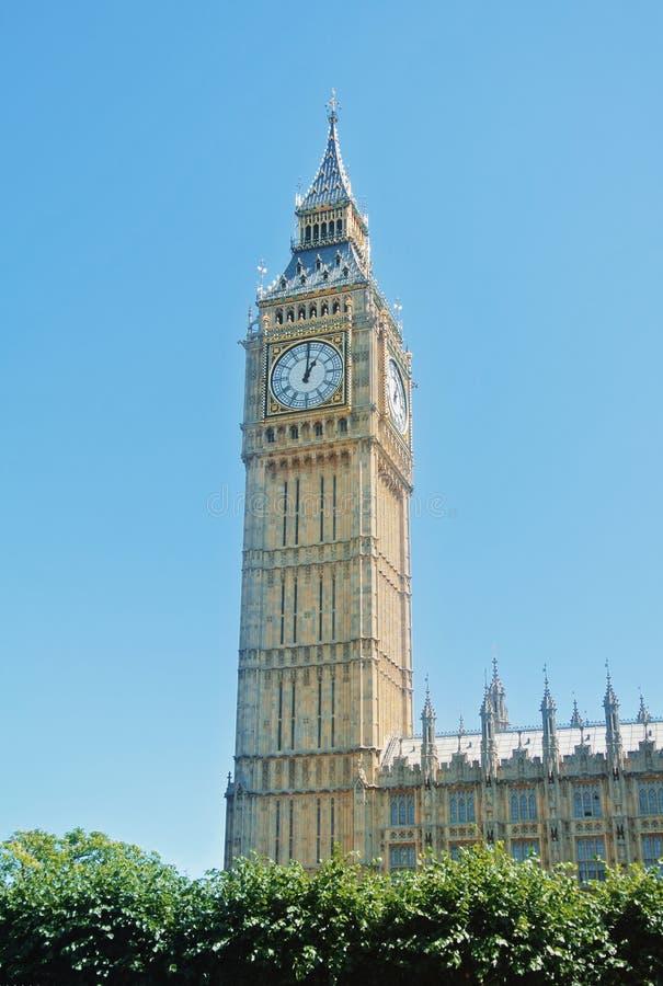 LONDRES, INGLATERRA - 1º DE AGOSTO DE 2013: Ben Clock Tower grande, um popula fotos de stock