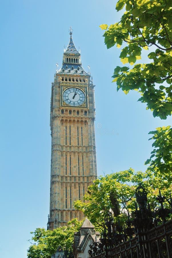 LONDRES, INGLATERRA - 1º DE AGOSTO DE 2013: Ben Clock Tower grande, um popula fotografia de stock