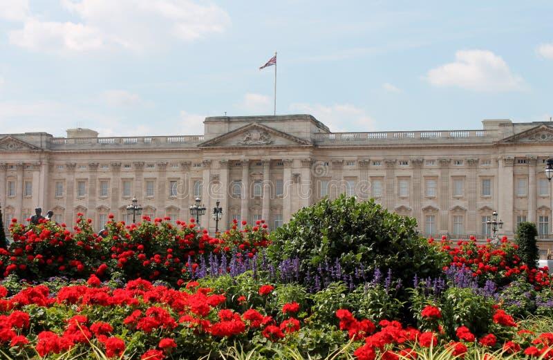 Londres, Inglaterra, agosto de 2014 - Buckingham Palace y jardín formal foto de archivo
