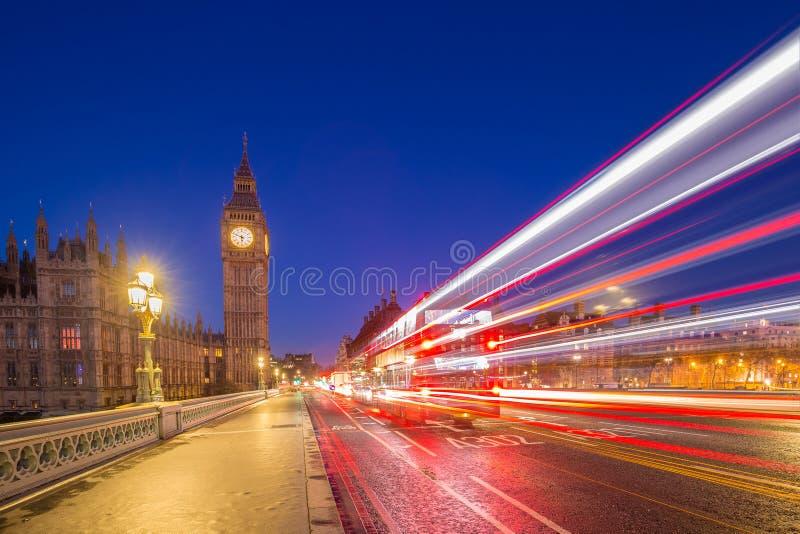 Londres, Inglaterra - Big Ben y casas del parlamento tomadas desde el medio del puente de Westminster en la oscuridad imagen de archivo