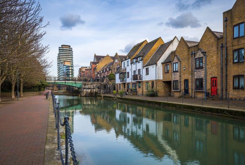Londres, Inglaterra - canal ornamental en el ` s del St Katharine y Wapping imagenes de archivo