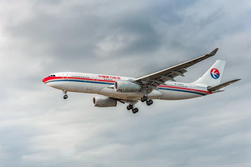 LONDRES, INGLATERRA - 22 DE AGOSTO DE 2016: Aterrizaje de B-5943 China Eastern Airlines Airbus A330 en el aeropuerto de Heathrow, imagenes de archivo