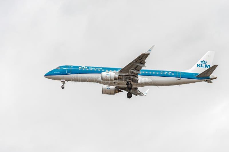 LONDRES, INGLATERRA - 22 DE AGOSTO DE 2016: Aterrizaje de PH-EZF KLM Cityhopper Embraer ERJ-190 en el aeropuerto de Heathrow, Lon foto de archivo libre de regalías