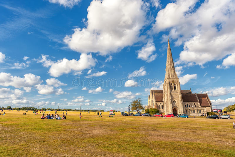 LONDRES, INGLATERRA - 21 DE AGOSTO DE 2016: Blackheath com todos os Saint Parque de Greenwich com o céu azul nebuloso e grama ver fotografia de stock royalty free