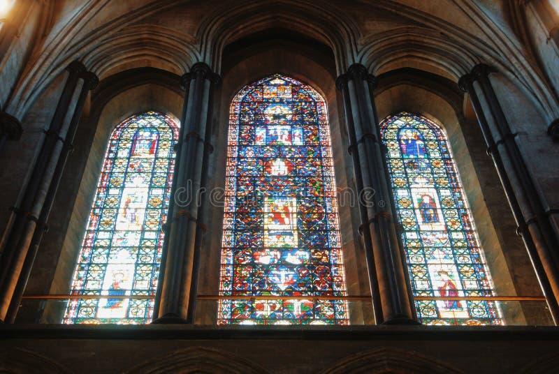 LONDRES, INGLATERRA - 2 DE AGOSTO DE 2013: Janela de vidro colorido em Cathe imagem de stock