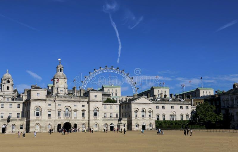 LONDRES, INGLATERRA - 2 DE AGOSTO DE 2015: Los guardias de caballo desfilan son una tierra de desfile en Londres fotos de archivo libres de regalías