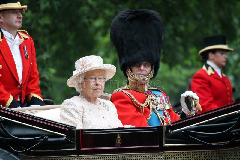 Londres, Inglaterra - 13 de junho de 2015: Rainha Elizabeth II em um transporte aberto com príncipe Philip para agrupar-se a cor  imagem de stock