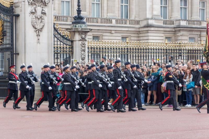 LONDRES, INGLATERRA - 17 DE JUNIO DE 2016: Los guardias reales británicos realizan el cambio del guardia en Buckingham Palace, Lo fotos de archivo libres de regalías