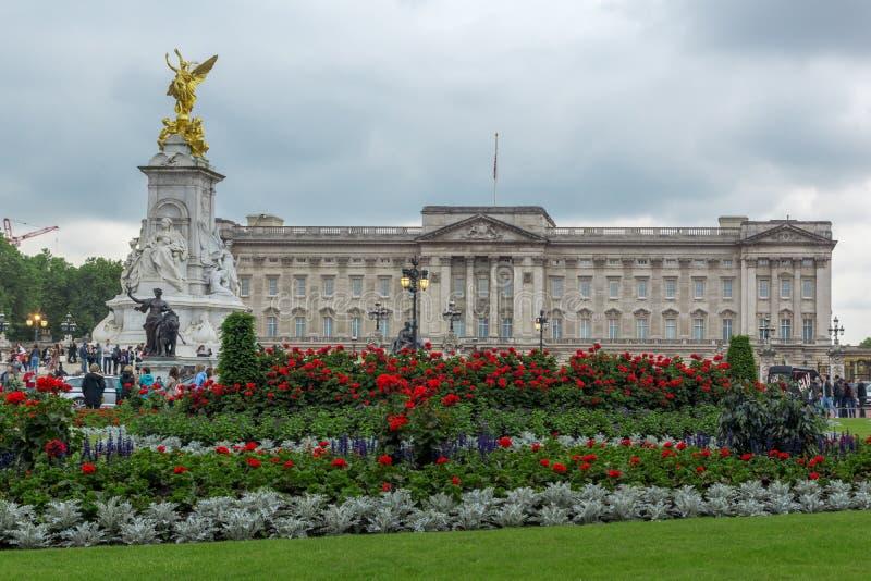 LONDRES, INGLATERRA - 17 DE JUNIO DE 2016: Panorama del Buckingham Palace Londres, Gran Bretaña imagen de archivo