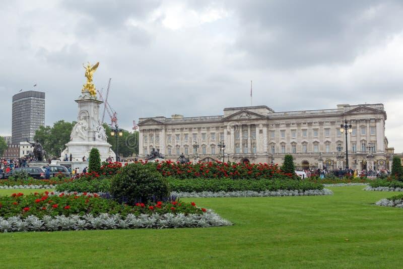 LONDRES, INGLATERRA - 17 DE JUNIO DE 2016: Panorama del Buckingham Palace Londres, Gran Bretaña foto de archivo
