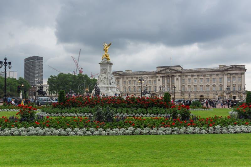 LONDRES, INGLATERRA - 17 DE JUNIO DE 2016: Panorama del Buckingham Palace Londres, Gran Bretaña imágenes de archivo libres de regalías