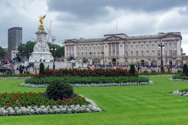 LONDRES, INGLATERRA - 17 DE JUNIO DE 2016: Panorama del Buckingham Palace Londres, Gran Bretaña foto de archivo libre de regalías
