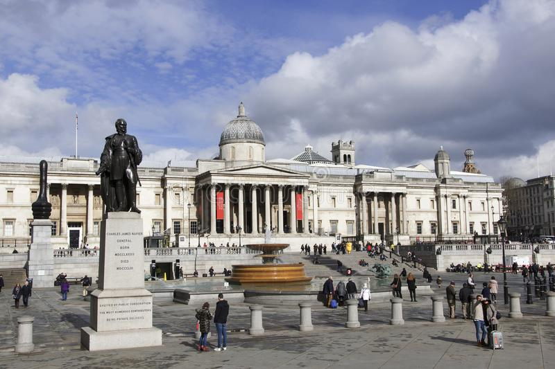 Londres, Inglaterra: 7 de março de 2018: Uma ideia dianteira do quadrado de Trafalgar com uma multidão de turistas e de galeria n imagem de stock