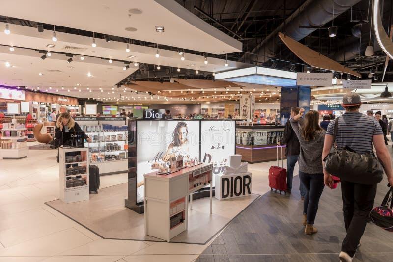 LONDRES, INGLATERRA - 29 DE SEPTIEMBRE DE 2017: Área de la salida del control del aeropuerto de Luton con la tienda con franquici fotos de archivo libres de regalías