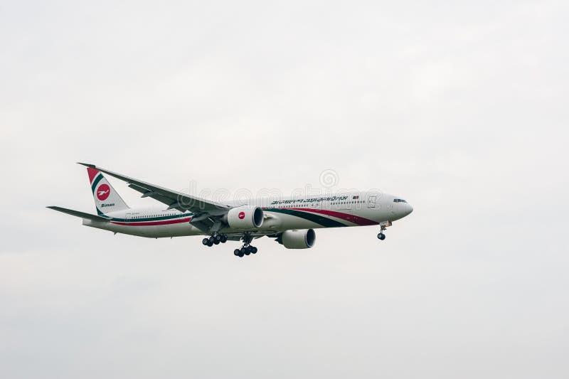 LONDRES, INGLATERRA - 27 DE SEPTIEMBRE DE 2017: Aterrizaje de Biman Bangladesh Airlines Boeing 777 S2-AFP en el aeropuerto intern foto de archivo libre de regalías