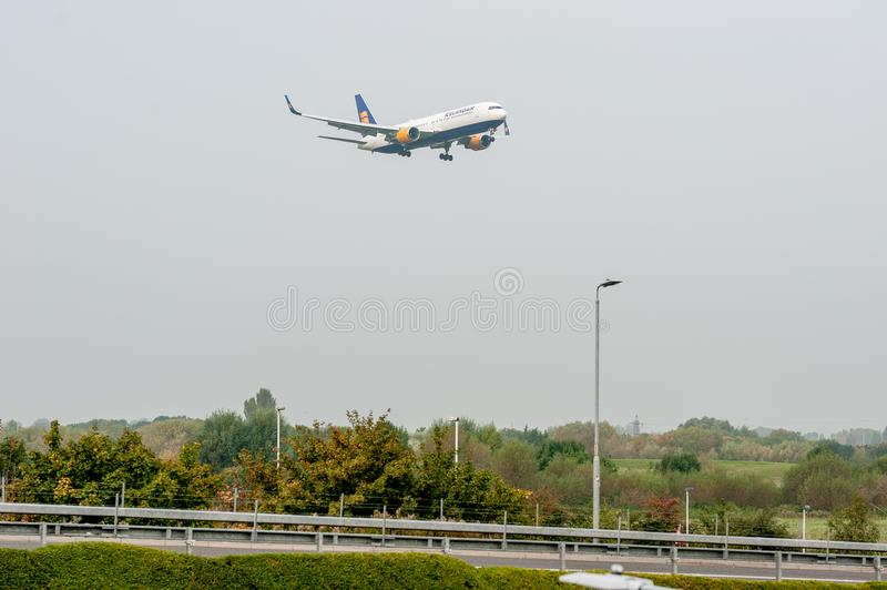 LONDRES, INGLATERRA - 27 DE SEPTIEMBRE DE 2017: Aterrizaje de Boeing 767 TF-ISW de las líneas aéreas de Icelandair en el aeropuer fotos de archivo