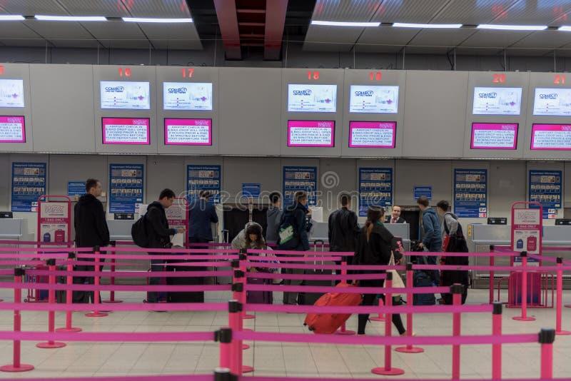 LONDRES, INGLATERRA - 29 DE SEPTIEMBRE DE 2017: Interior del área del incorporar del aeropuerto de Luton Líneas de Wizzair Londre fotos de archivo libres de regalías