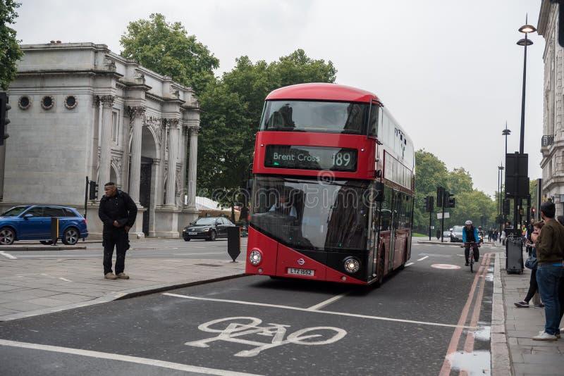 LONDRES, INGLATERRA - 25 DE SEPTIEMBRE DE 2017: Paisaje urbano de Londres y calle céntrica de Oxford con la gente y el tráfico Tr imagenes de archivo