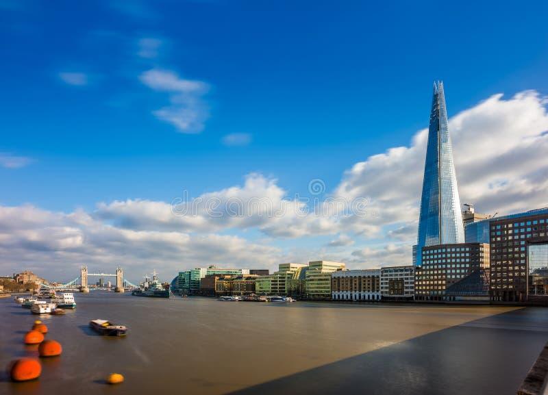 Londres, Inglaterra - el casco, el rascacielos más alto del ` s de Londres con el puente icónico de la torre en el fondo imagenes de archivo