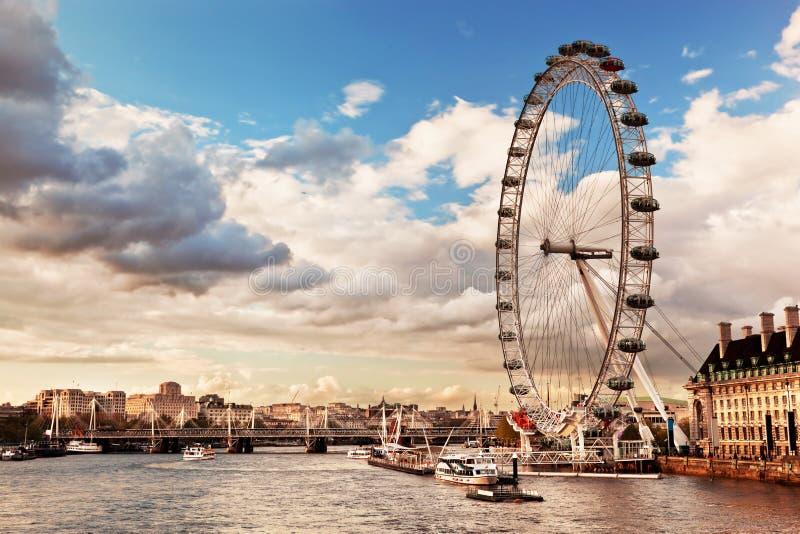 Londres, Inglaterra el Reino Unido. El ojo de Londres imagenes de archivo