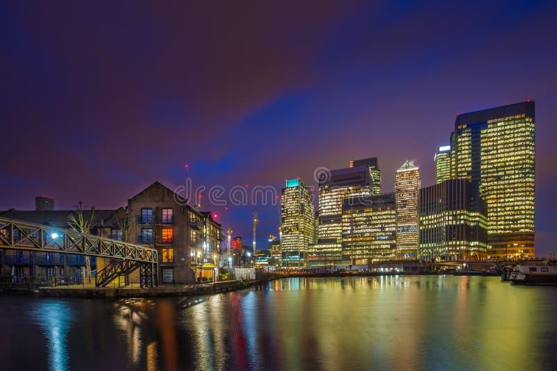 Londres, Inglaterra - los rascacielos del distrito financiero de Canary Wharf y de edificios residenciales foto de archivo libre de regalías