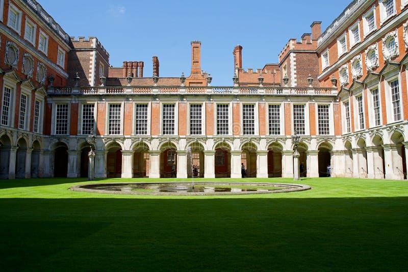 Londres, Inglaterra, o 16 de julho de 2019: Vista do pátio de Hampton Court Palace com céu azul fotografia de stock