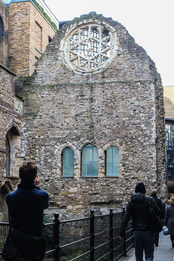 Londres Inglaterra - o turista toma o PIC do telefone das ruínas do século XII parcialmente demulido do palácio de Winchester imagens de stock