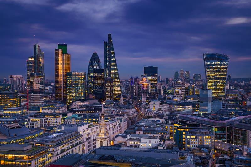 Londres, Inglaterra - opinião panorâmico da skyline do distrito do banco de Londres com os arranha-céus de Canary Wharf fotografia de stock royalty free