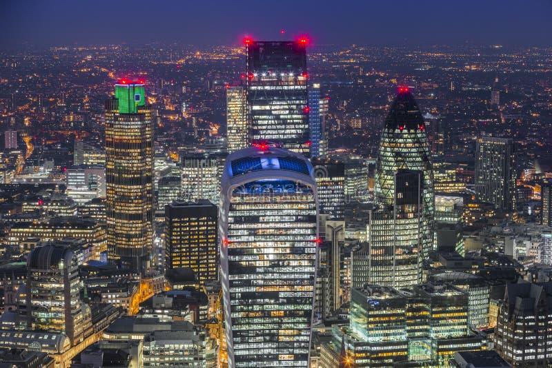 Londres, Inglaterra - opinión aérea del horizonte en del distrito financiero famoso del ` s de Londres foto de archivo