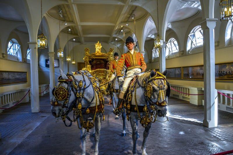 LONDRES, Inglaterra Reino Unido - 15 de febrero de 2016: Mews London real El coche del estado del oro imagen de archivo