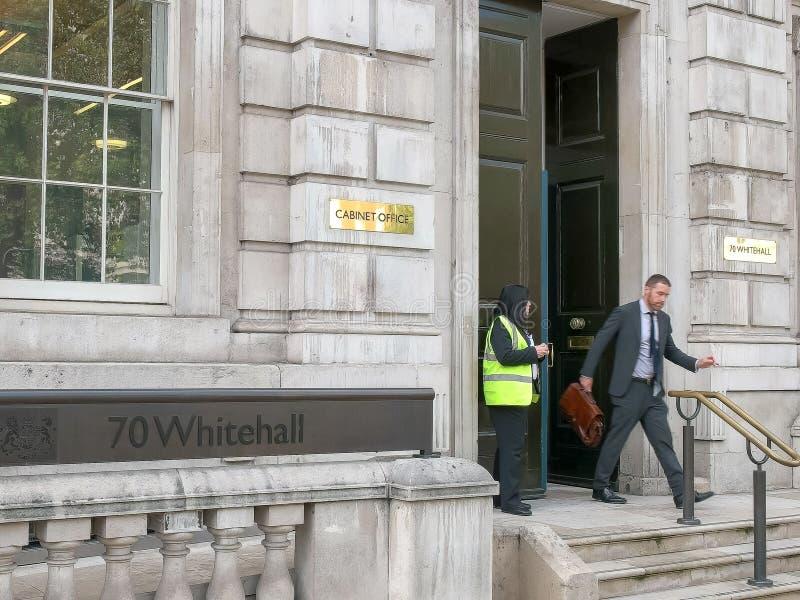 LONDRES, INGLATERRA, REINO UNIDO - 17 DE SEPTIEMBRE DE 2015: entrada a la oficina del gabinete de Whitehall, Londres fotos de archivo