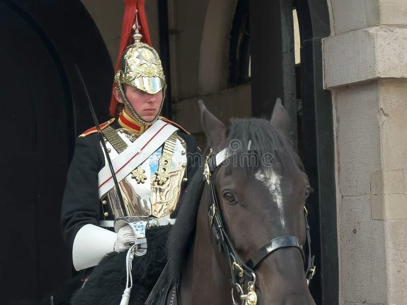 LONDRES, INGLATERRA, REINO UNIDO - 17 DE SETEMBRO DE 2015: próximo acima de um protetor de cavalo montado, Londres imagem de stock