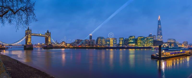 Londres, Inglaterra - vista panorâmica do ` s de Londres a maioria de ícones famosos na hora azul foto de stock royalty free