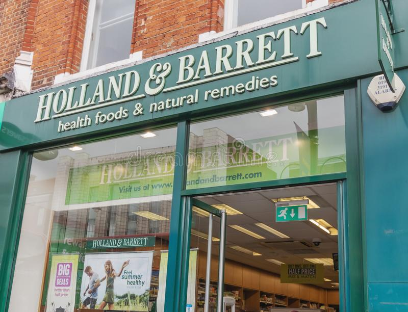 Londres - 15 juin 2019 - avant de magasin de la Hollande et du Barrett sur la rue de Brixton High image stock