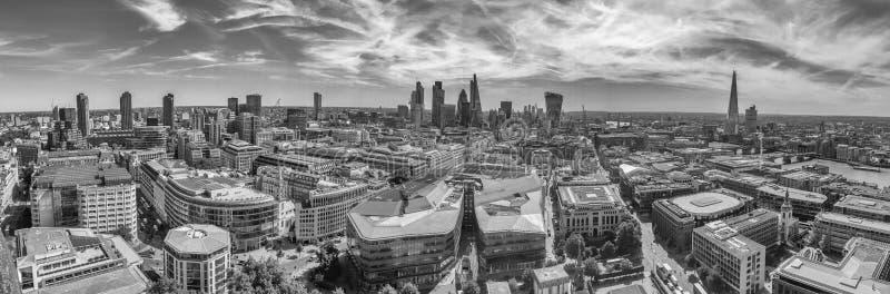 LONDRES - JUNIO DE 2015: Opinión aérea panorámica de la ciudad Londres atrae imagen de archivo