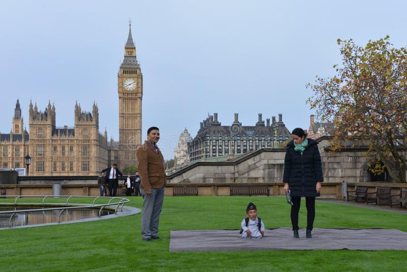Londres : L'homme le plus grand du monde et l'homme le plus court se réunissent sur le record mondial de Guinness photos stock