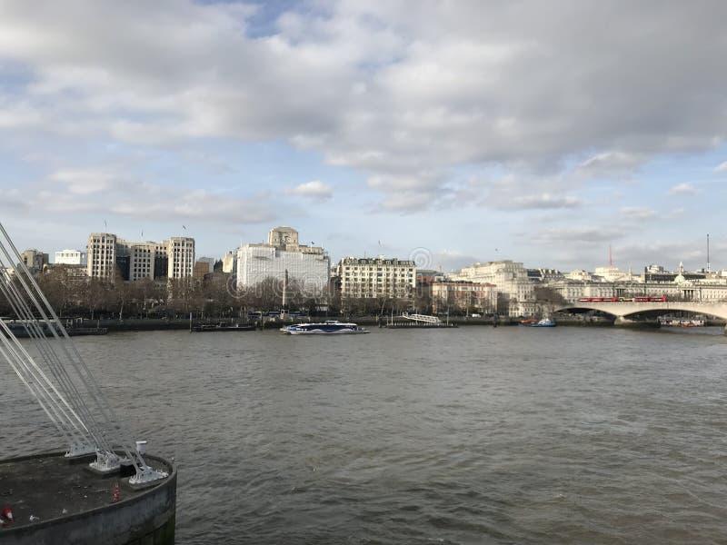 Londres la Tamise avec le pont et les points de repère à l'arrière-plan images stock