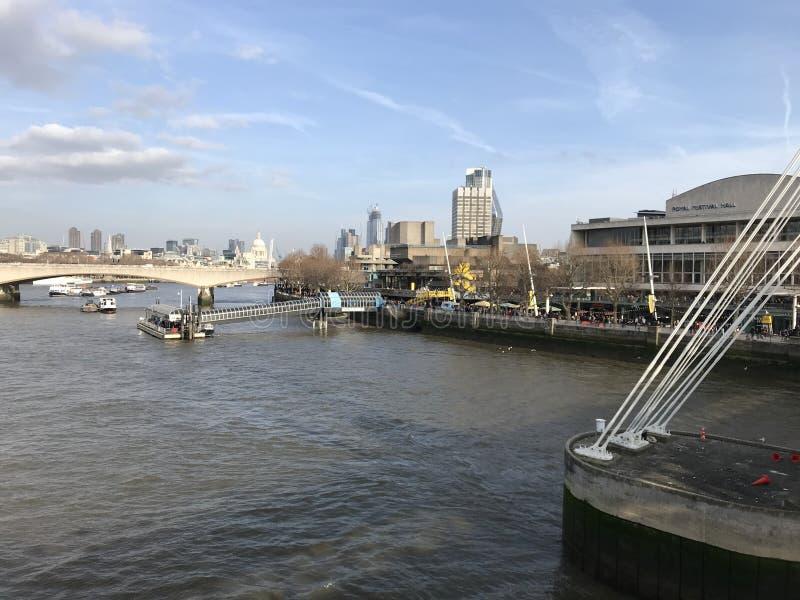 Londres la Tamise avec le pont et les points de repère à l'arrière-plan photographie stock libre de droits