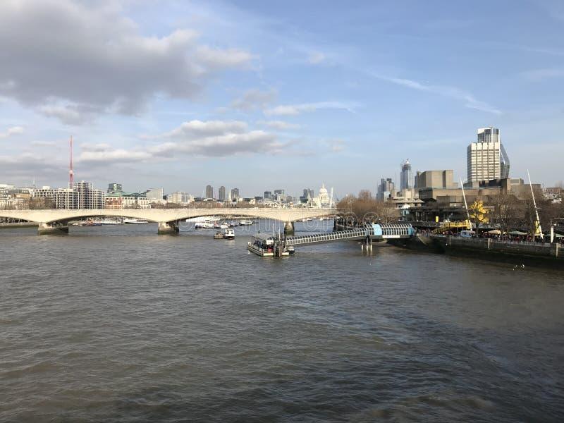 Londres la Tamise avec le pont et les points de repère à l'arrière-plan photo stock