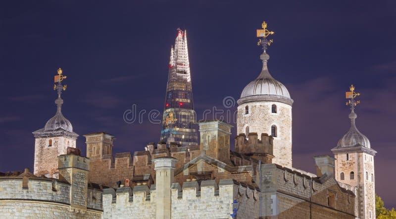 Londres - la torre y el rascacielos nocturnos Shar en el fondo fotografía de archivo libre de regalías