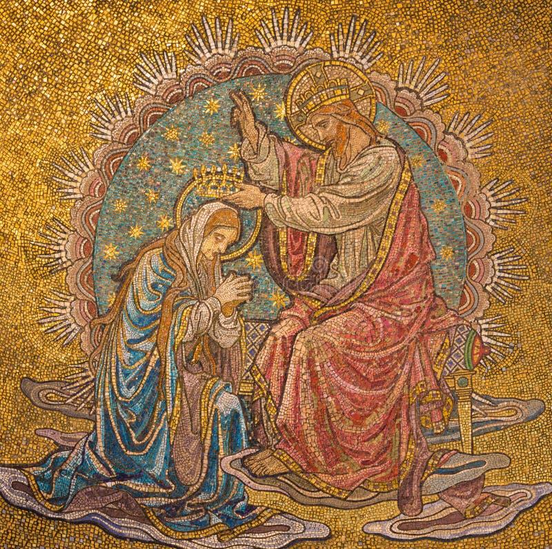 Londres - le détail de la mosaïque du couronnement de Vierge Marie dans l'abside principale de l'église notre Madame de l'hypothè image libre de droits