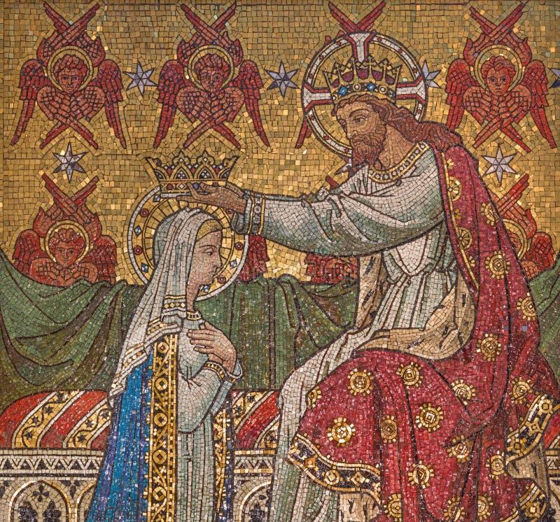 Londres - le détail de la mosaïque du couronnement de Vierge Marie dans le sanctuaire de la conception impeccable d'église, rue d images stock