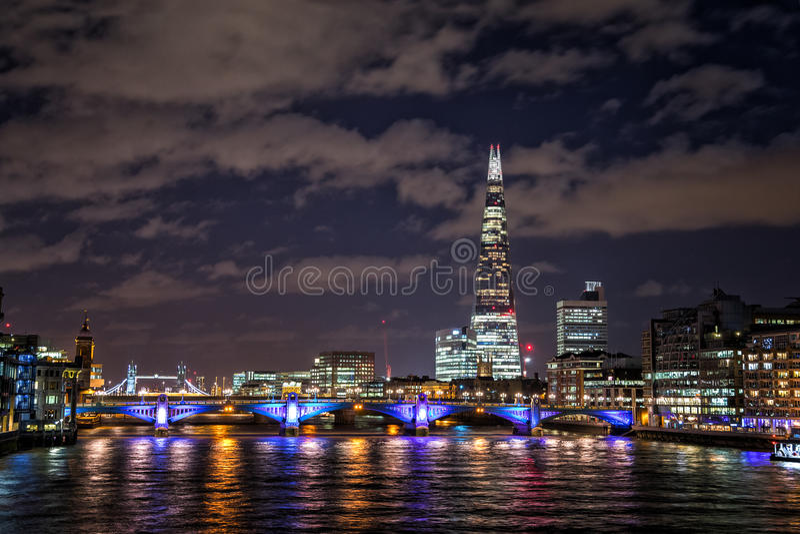 Londres a lo largo del Támesis en la noche fotografía de archivo libre de regalías