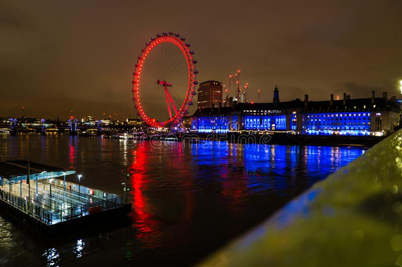 01-29-2017 Londres - London Eye sur la rivière de Tamigi photo stock