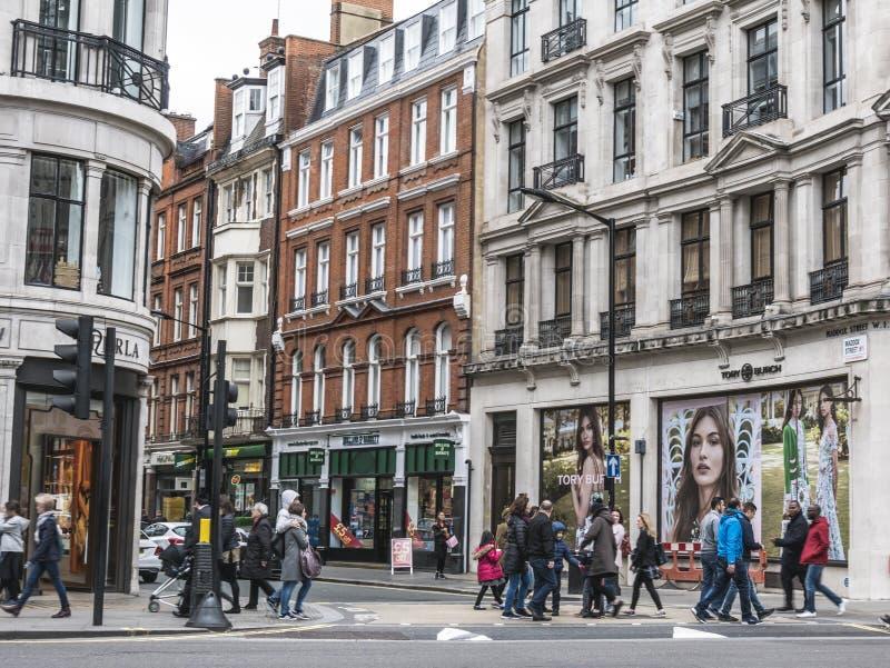 Londres, lotes dos povos que andam na rua de Oxford fotografia de stock royalty free