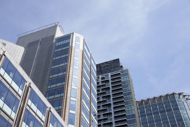 LONDRES - MAI 2017 : La vue d'angle faible du verre moderne a affronté des bâtiments contre le ciel bleu, ville de Londres, Londr images libres de droits