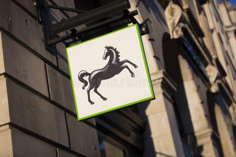 Londres, a mais grande Londres, Reino Unido, o 7 de fevereiro de 2018, um sinal e um logotipo para o Lloyds Bank imagens de stock