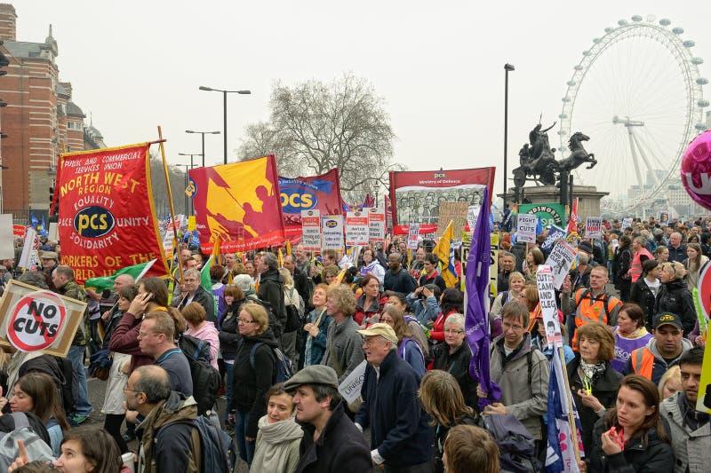 LONDRES - MARÇO 26: Os protestadores marcham de encontro às despesas públicas cortam dentro uma reunião -- Março para a alternativ