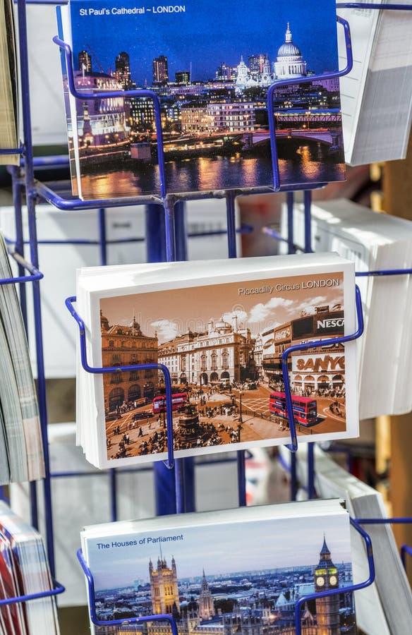 LONDRES - MAYO DE 2013: Postales a lo largo de las calles de la ciudad Londres atrae foto de archivo libre de regalías